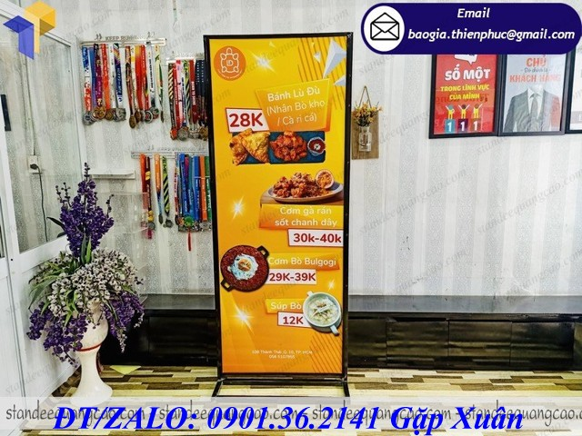 standee khung sắt sọt format